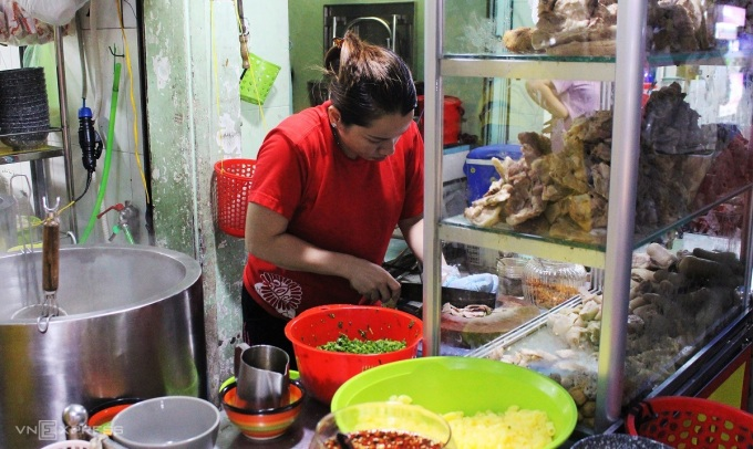 Those who want a sure-hearted evening can visit the shops of banh canh, vermicelli, noodle soup with the price from 25,000 VND / bowl.  Especially, the market sells many dishes with flavors of Cambodia such as num beef noodle and snail noodle soup.