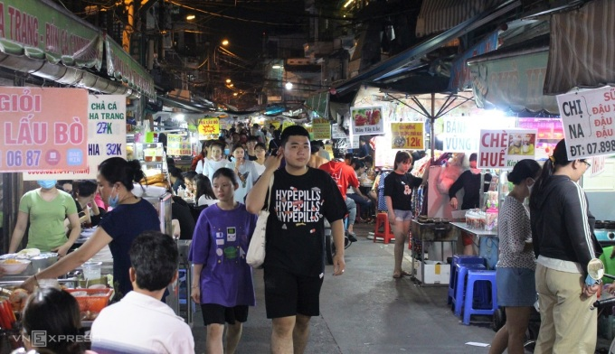 Besides famous food streets such as the West Bui Vien street (District 1), Phan Xich Long area (Phu Nhuan district), Vinh Vien area (District 10), Ha Ton Quyen area (District 11), on Ho Street Thi Ky (District 10) also has an equally good night food street.