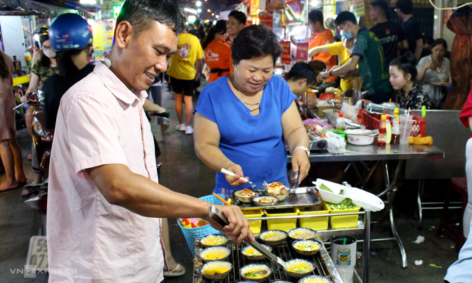 From 15:00, the food street on Ho Thi Ky Street (District 10) began to bustle.  This street has more than 100 stalls selling all kinds of snacks, drinks with different tastes in different provinces such as Hue, Nha Trang, Dong Nai, An Giang ...