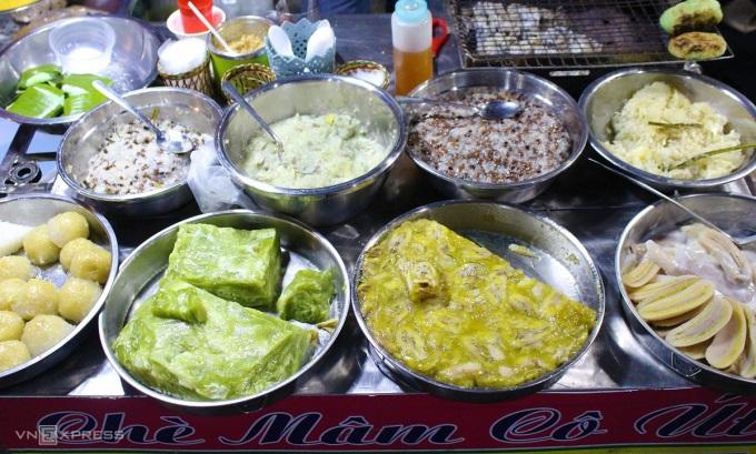 Chè mâm, chè trái cây hay các món bánh dân gian Nam Bộ cũng được bán nhiều trong phố ẩm thực. Chè mâm Cô Út bán hơn 10 loại chè khác nhau: chè chuối, đậu trắng, chè bắp, chè khoai... với giá từ 10.000 đồng/chén và 30.000 mâm/5 món.