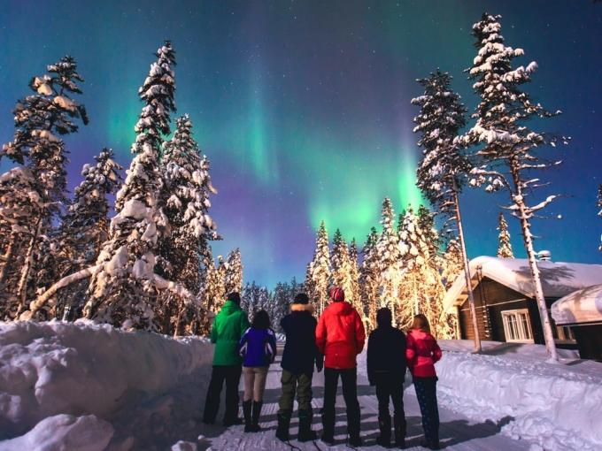Lapland vẫn là một điểm đến phổ biến trong những tháng mùa đông. Mọi người đổ xô đến đây để gặp ông già Noel dịp Giáng sinh, hoặc ngắm Bắc Cực quang.