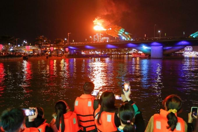 Du khách chụp ảnh lưu niệm khi du ngoạn trên sông Hàn. Ảnh: Nguyễn Đông