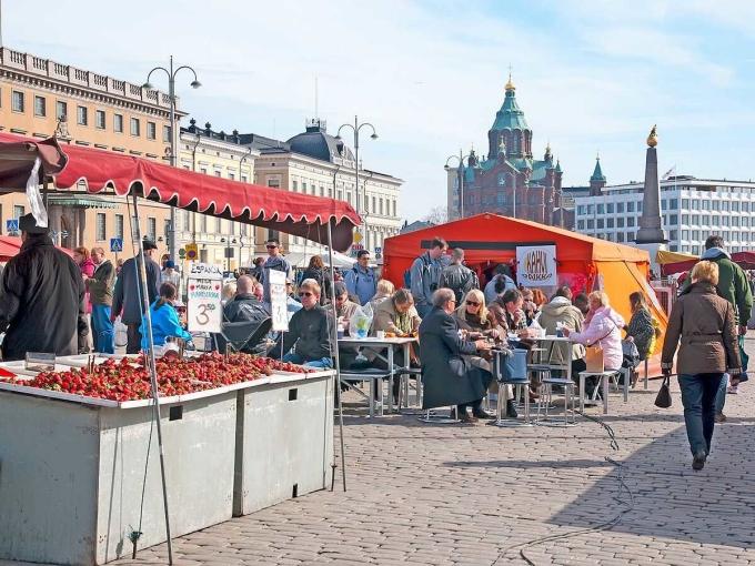 Cuộc khảo sát hàng năm của Gallup dựa trên sáu yếu tố chính: GDP bình quân đầu người, hỗ trợ xã hội, tuổi thọ, tự do lựa chọn cuộc sống, sự hào phóng và mức độ tham nhũng. Phần Lan đạt điểm cao trong tất cả các hạng mục này, đặc biệt cao ở hạng mục: yếu tố hào phóng. Trên ảnh là Quảng trường Chợ, gần vịnh Phần Lan tại thủ đô Helsinki. Ảnh: