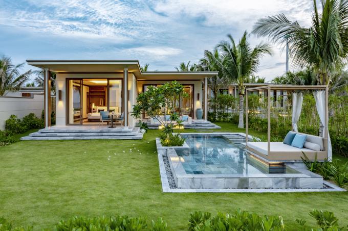 Nơi đây gây ấn tượng với những căn biệt thự hồ bơi riêng rợp bóng cây và nhiều bãi cỏ xanh ngát phù hợp với gia đình và bạn bè trải nghiệm, nghỉ dưỡng.