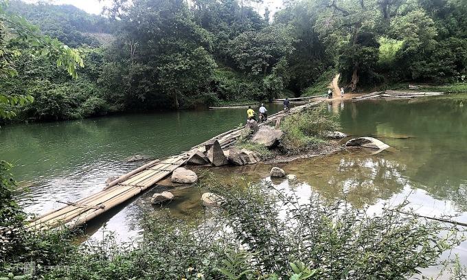 Học sinh Khuổi Chặng phải vượt qua nhiều khúc sông không có cầu kiên cố để tới trường mỗi ngày. Ảnh: Đức Hoàng