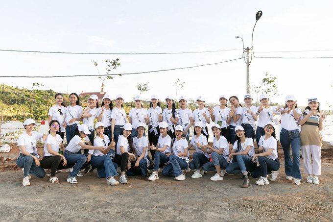 Top 30 người đẹp tham gia hoạt động trồng cây trong cuộc thi.
