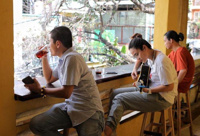 Khách đến quán có thể ngồi dọc hành lang chơi đàn, ca hát và ngắm nhìn con hẻm bên dưới tiệm cà phê, Ảnh: wide_focus/Instagram.