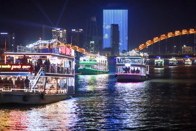 On New Year's Eve, 2,000 people and tourists take a free night tour on the Han River.  Photo: Nguyen Dong.