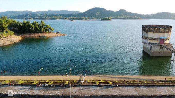Hồ Kẻ Gỗ có mặt nước trong xanh, vào mùa hè người dân thường tập trung hóng gió, tắm giải nhiệt gần bờ. Ảnh: Đức Hùng