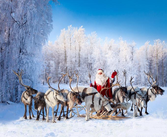 Quê hương của ông già Noel  Nơi ở của ông già Noel được cho rằng nằm ở Rovaniemi, Lapland. Đây là một trong những điểm du lịch nổi tiếng nhất ở xứ sở nghìn hồ, đón hơn nửa triệu du khách mỗi năm. Bưu điện Rovaniemi nhận được hơn 700.000 lá thư của trẻ em từ 198 quốc gia gửi cho ông già Noel vào mỗi dịp Giáng sinh. Ảnh: Travel With Jules