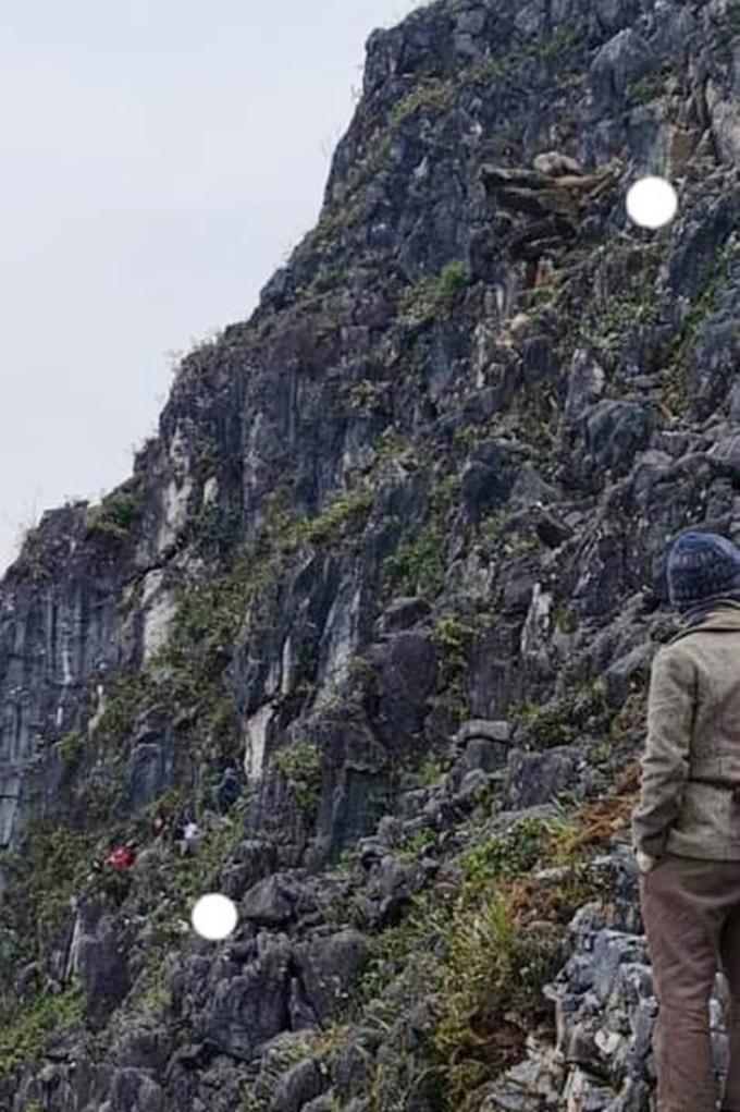 Vị trí mỏm đá và nơi nam du khách rơi xuống. Ảnh: NVCC.
