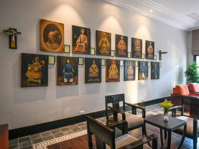 Bộ tranh vẽ chân dung 13 vị vua triều Nguyễn tại sảnh tòa nhà phía Tây khách sạn. Ảnh: Kiều Dương