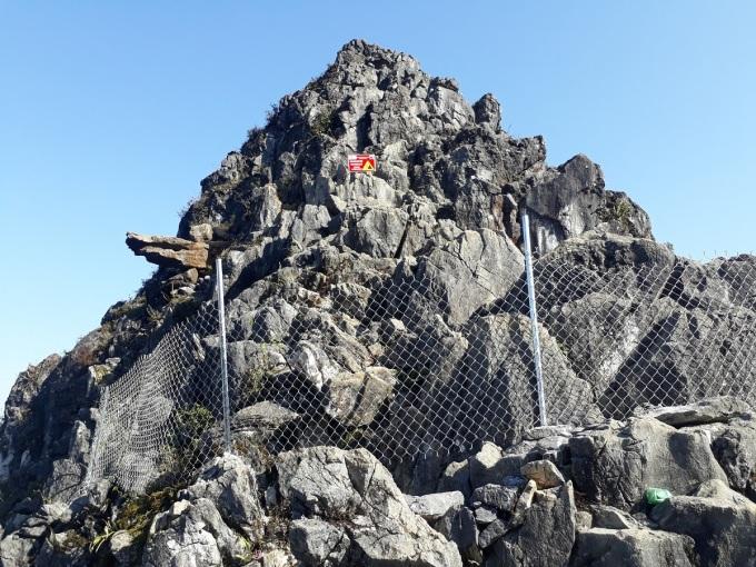 Rào chắn là phương án tạm thời để chặn du khách trèo lên mỏm đá, đặc biệt trong tiết trời lạnh và có sương mù. Ảnh: Nguyễn Tiến Hà.