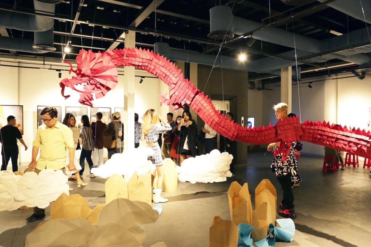 Giới trẻ check-in rồng origami dài 6 mét
