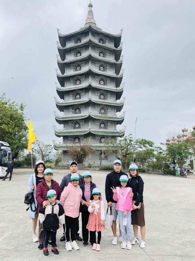 Du khách tham gia tour chụp ảnh kỷ niệm tại chùa Linh Ứng. Ảnh: TTXTDLDN.