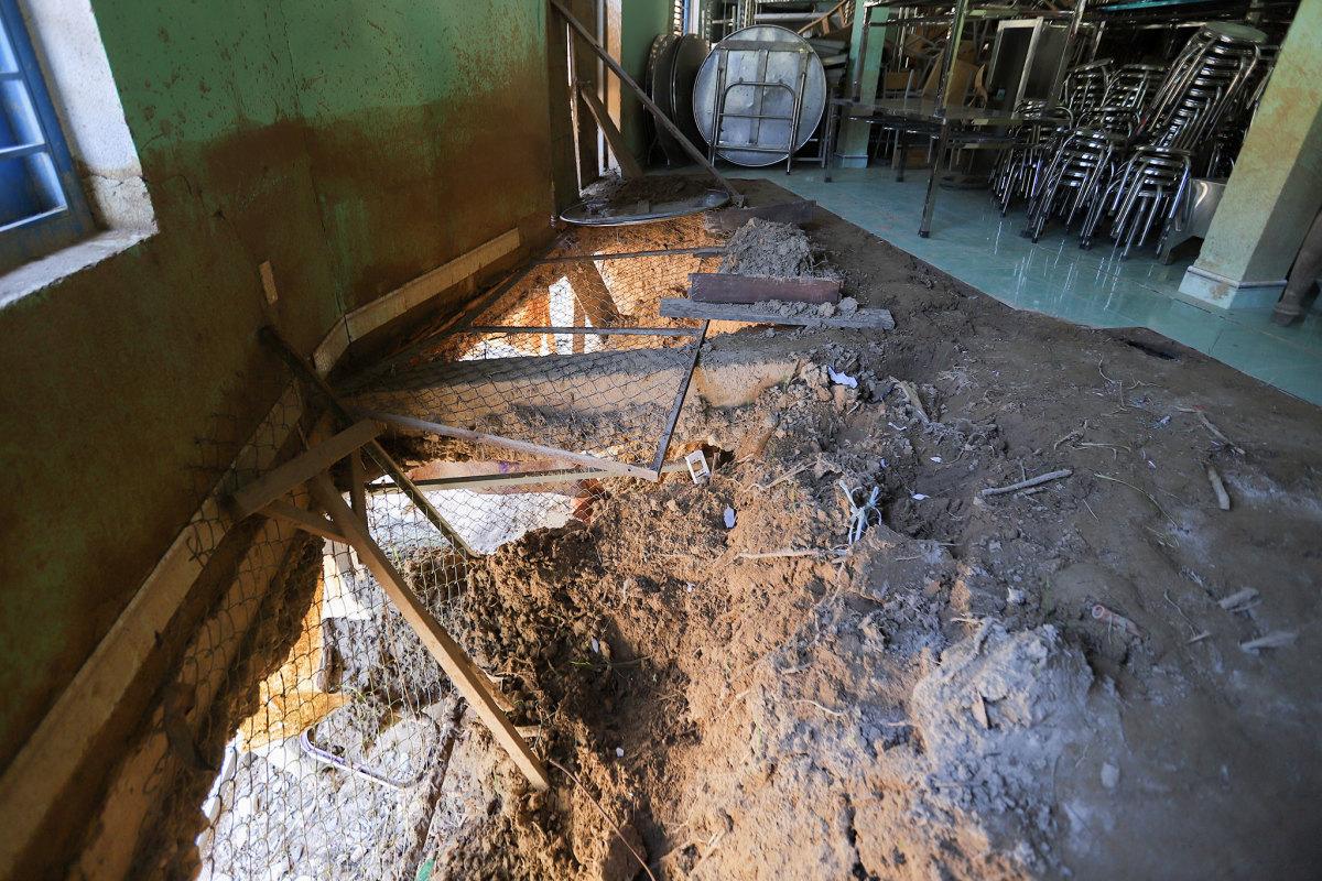Những ngôi trường tan hoang sau mưa lũ