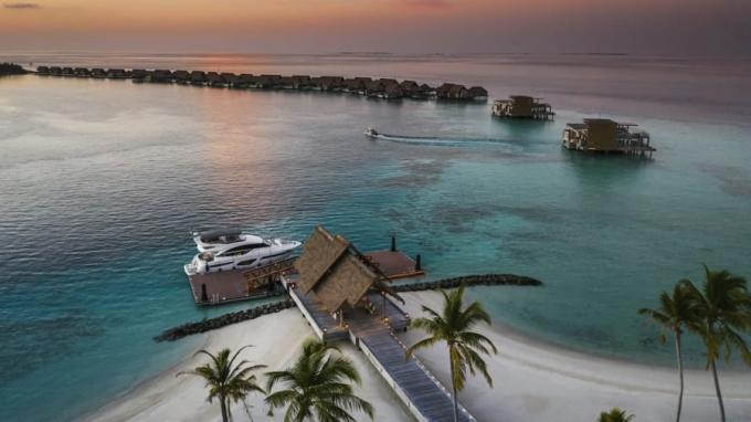 Để du khách không cảm thấy buồn chán, hòn đảo cung cấp rất nhiều các hoạt động dưới nước như lặn biển, các chuyến du thuyền ra khơi. Bạn cũng được phục vụ các liệu pháp chăm sóc sức khỏe chuyên biệt tại spa trên mặt nước cùng phòng thiền, yoga và tập thể dục với đầy đủ trang thiết bị. Đối với các du khách nhí, có một hồ bơi dành riêng cho trẻ em và cả phòng game luôn sẵn sàng. Đảo quốc mở cửa đón mọi du khách ghé thăm từ 15/7/2020 và không yêu cầu người nhập cảnh phải cách ly nếu có giấy xét nghiệm âm tính nCoV trong 96 giờ trước khi lên máy bay. Trên giấy xét nghiệm phải ghi rõ tên, địa chỉ của nơi làm xét nghiệm, ngày lấy mẫu. Năm 2019, quốc gia này đón số lượng khách kỷ lục, 1,9 triệu. Giới chức nước này hy vọng đón con số 2 triệu lượt khách trong năm 2020 nhưng bị ảnh hưởng nặng nề do đại dịch. Trong một tuyên bố, Bộ trưởng Du lịch Ali Waheed đã ví Covid-19 để lại hậu quả tàn khốc hơn cả trận sóng thần năm 2004 và cuộc khủng hoảng toàn cầu năm 2008.