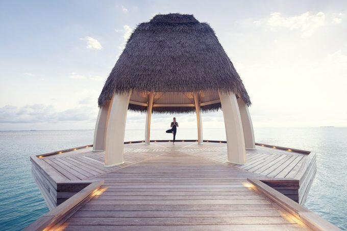Để du khách không cảm thấy buồn chán, hòn đảo cung cấp rất nhiều các hoạt động dưới nước như lặn biển, các chuyến du thuyền ra khơi. Bạn cũng được phục vụ các liệu pháp chăm sóc sức khỏe chuyên biệt tại spa trên mặt nước cùng phòng thiền, yoga và tập thể dục với đầy đủ trang thiết bị. Đối với các du khách nhí, có một hồ bơi dành riêng cho trẻ em và cả phòng game luôn sẵn sàng.