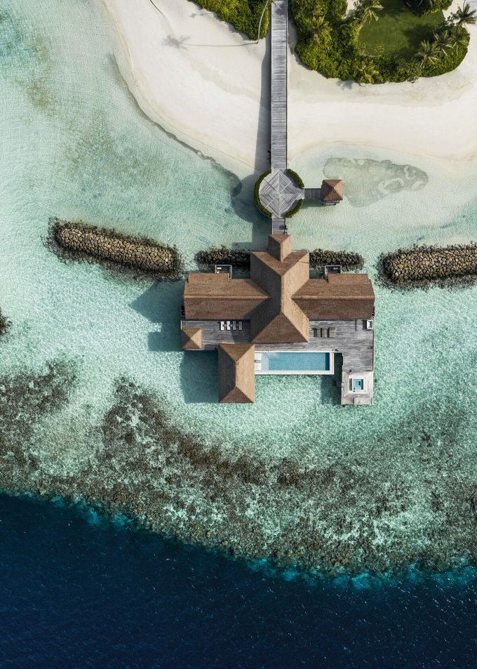 Hòn đảo có ba biệt thự trên diện tích 32.000 m2, sức chứa 24 khách, một đêm nghỉ dưỡng trên đảo có giá từ 80.000 USD. Biệt thự thứ nhất nằm  trên mặt nước với hai phòng ngủ, vòi sen trong nhà và ngoài trời, phòng khách, bể bơi vô cực và bể sục.