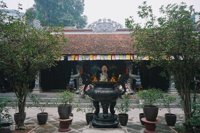 Khuôn viên chùa có nhiều cây cảnh, hoa kiểng, có cây cổ thụ soi bóng xuống hồ Tây. Ảnh: Ngân Dương