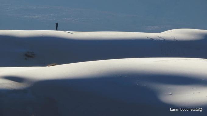 Bộ ảnh được thực hiện vào ngày 13 và 17/1. Bouchetata ví khung cảnh như một bức tranh tạo hoá vẽ bằng băng giá lên những đụn cát.