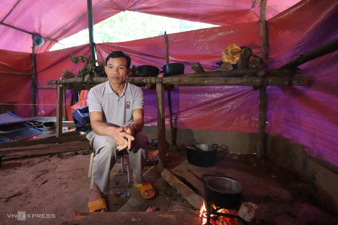 Ông Sơn trong căn bếp. Ảnh: Nguyễn Đông.