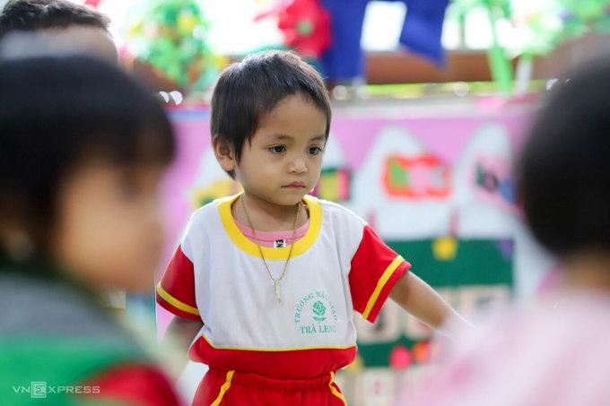 Bé Hoài Minh trong lớp học. Ảnh: Nguyễn Đông.