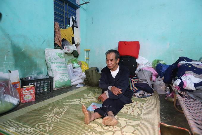 Ông Đề trong nhà bán trú của điểm trường mầm non. Ảnh: Nguyễn Đông.