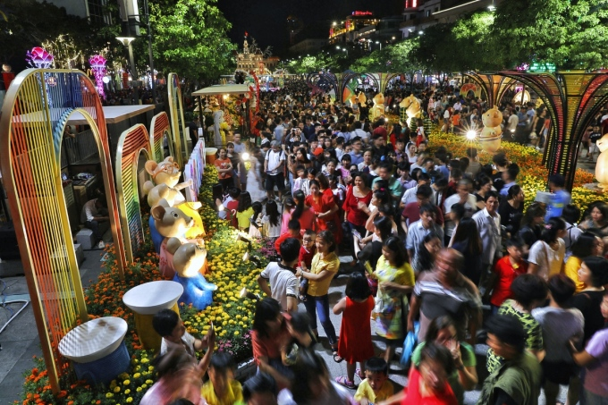 Hàng nghìn du khách tham quan đường hoa Nguyễn Huệ tết Canh Tý. Ảnh: Hữu Khoa.