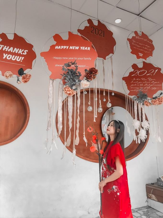 Moment Cà phê & StudioTọa lạc phố Nghi Tàm, quán cà phê phong cách Địa Trung Hải đã khoác chiếc áo đỏ. Bên ngoài được trang trí với các lời chúc năm mới. Ảnh: Diu Lin.
