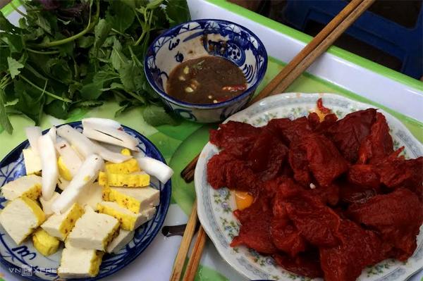 Sứa đỏ là đặc sản theo mùa và không phải lúc nào cũng bán trên phố. Du khách chỉ tìm ra các gánh hàng vỉa hè bán sứa đỏ ở Hà Nội vào buổi sáng những tháng giao mùa xuân - hạ. Bản thân sứa đỏ vị không quá đặc biệt nhưng người Việt thích ăn vì kết cấu giòn và mọng nước, thường ăn kèm rau thơm và mắm tôm. Ảnh: Parsley