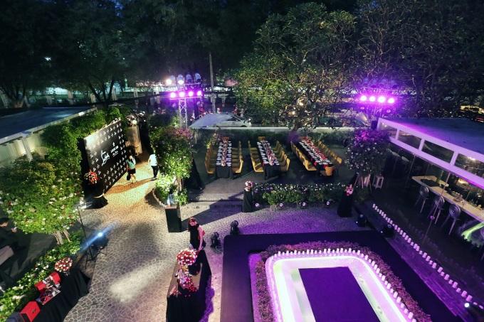 Tại Lý Club Hà Nội và Lý Club Saigon đều chia thành nhiều không gian, từ phòng ăn riêng biệt đến khu vực lounge phù hợp với những sự kiện nhỏ từ 20 đến 100 khách. Một quầy bar mở thiết kế hiện đại phục vụ các loại champagne, rượu vang hảo hạng, các ly cocktail pha chế đầy sáng tạo. Khoảng sân vườn rộng rãi tràn bóng cây xanh, là nơi thả mình thư giãn với thực đơn trà chiều. Nơi đây cũng là địa điểm thích hợp để tổ chức các bữa tiệc, sự kiện ngoài trời.