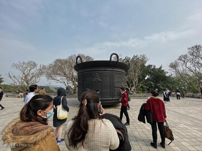 Du khách thập phương đến chùa Tam Chúc chiêm ngưỡng vạc Phổ Minh được phục dựng lại. Ảnh: Trung Nghĩa