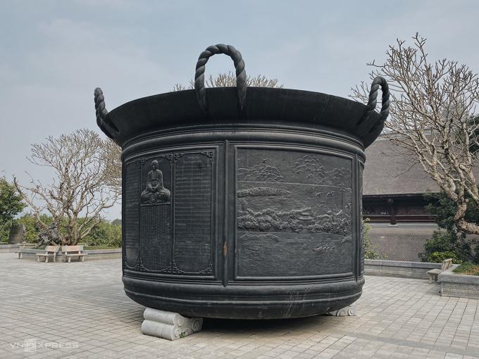 Chiếc vạc đen phía trước đại điện của chùa Tam Chúc mô phỏng lại một trong tứ đại khí An Nam là vạc Phổ Minh. Ảnh: Trung Nghĩa