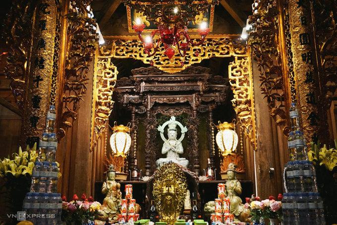 Pho tượng Phật được đặt trong Viên Minh Bảo Điện. Tượng có chiều cao 1,3 m, nặng 600 kg, được tạc bằng khối ngọc quý tự nhiên từ Myanmar.