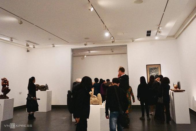 Triển lãm trưng bày 36 tác phẩm, bao gồm tượng tròn và phù điêu của 29 tác giả thuộc nhiều thế hệ từ Mỹ thuật Đông Dương, Mỹ thuật Kháng chiến cho đến nay.
