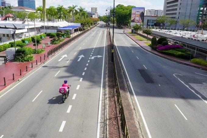 Chính phủ Malaysia đã ban bố tình trạng khẩn cấp từ 12/1 tới 1/8. Tại Kota Kinabalu, thủ phủ bang Sabah, người và ô tô đi lại trên đường phố ít hơn vì hầu hết các hoạt động kinh doanh và ngoài trời đều không được phép. Chỉ có các doanh nghiệp thiết yếu được mở cửa. Ảnh: Shutterstock