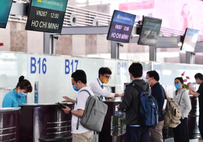 Hành khách đeo khẩu trang, đảm bảo giãn cách khi check-in.