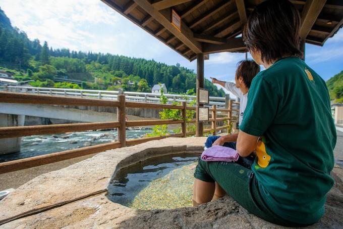 Du khách vừa ngâm chân khoáng nóng vừa ngắm cảnh thiên nhiên. Ảnh: Hiệp hội Du lịch tỉnh Oita Tourism Oita