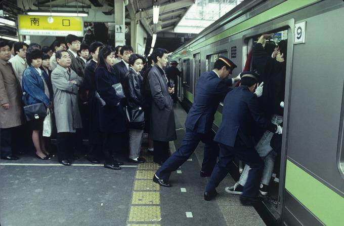 Với hệ thống tàu điện ngầm phục vụ tớ 40 triệu lượt khách hàng ngày, Tokyo là thành phố duy nhất trên thế giới có công việc đẩy hành khách vào trong các chuyến tàu. Trong tiếng Nhật, họ được gọi những người này là Oshiya. Ảnh: Kim Newton