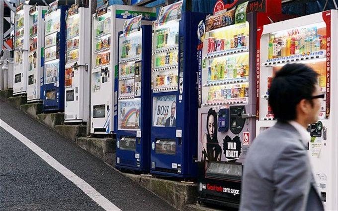 Máy bán hàng tự động có ở khắp mọi nơi ở Nhật Bản, và Tokyo không ngoại lệ. Bạn có thể tìm thấy chúng ở bất kỳ đâu: góc phố, công viên, bên ngoài căn hộ... Đa số bán các loại đồ uống, tuy nhiên, ở một số máy có thể bán cả đồ ăn nóng như mỳ ramen, thậm chí bán cả đồng hồ, đồ chơi... Ảnh: Rex
