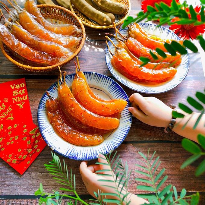 Ngoài mâm cơm, người miền Nam hội họp, ăn uống tiếp chuyện họ hàng, bạn bè không thể thiếu dĩa mứt, tách trà. Mứt Tết được làm từ nhiều loại trái cây, rau củ, đa dạng mùi vị, màu sắc và hương thơm. Dĩa mứt ngọt bên tách trà nóng cũng thể hiện mong ước một năm ngọt ngào, đầm ấm, hạnh phúc của gia chủ. Ảnh: Ngô Tuyết Phượng/Ngoisao