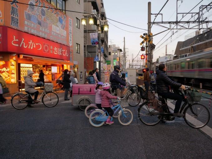 Xe đạp xuất hiện khắp mọi nơi tại Tokyo. Tuy nhiên, không có lối đi riêng rõ ràng cho chúng. Một số đường công cộng chia làn cho người đi bộ và người đi xe đạp nhưng người dân thường bỏ qua. Họ đạp xe ngay cả trên vỉa hè cho người đi bộ và trên các lối đi công cộng. Ảnh: Kosuke Miyata/Medium