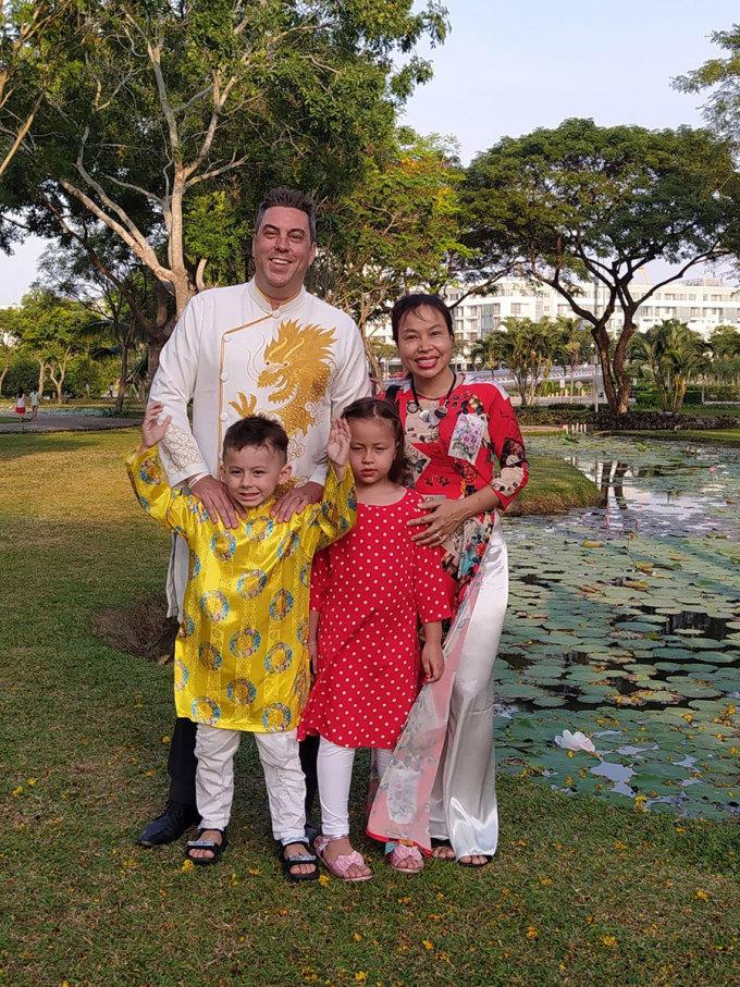 Harry Hodge (áo dài trắng, trái) là một du khách đến từ Canada, hiện đang sống tại TP.HCM. Lấy vợ người Việt và có 2 con, anh thường cùng gia đình chụp bộ ảnh áo dài vào dịp Tết. Anh thích đón năm mới ở TP.HCM vì đường phố và nhà cửa được trang trí rất đẹp.