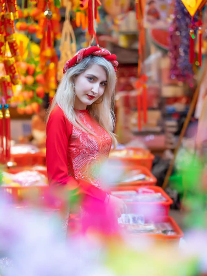Dajana Hoxhaj (24 years old), a tourist from Albania said: I really like ao dai, everyone looks luxurious like royalty when it is worn on.  During more than 2 years living and working in Vietnam, the number of times I wear ao dai is even more than the traditional costume of my country.  She loves Tet, loves the way families get together and feels like she is in harmony with the warm atmosphere of this special holiday.