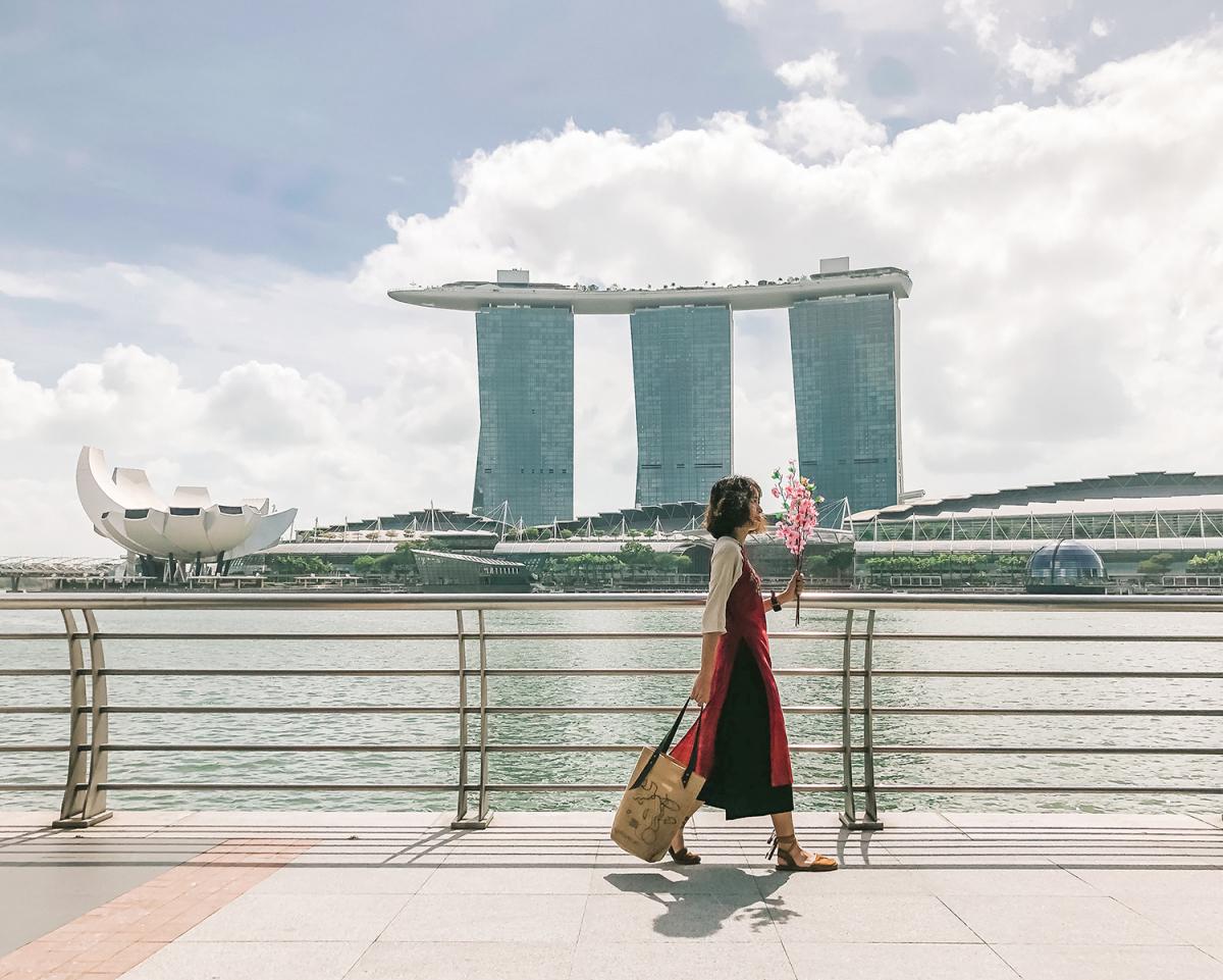 Cô gái Việt mặc áo dài Tết check-in khắp Singapore