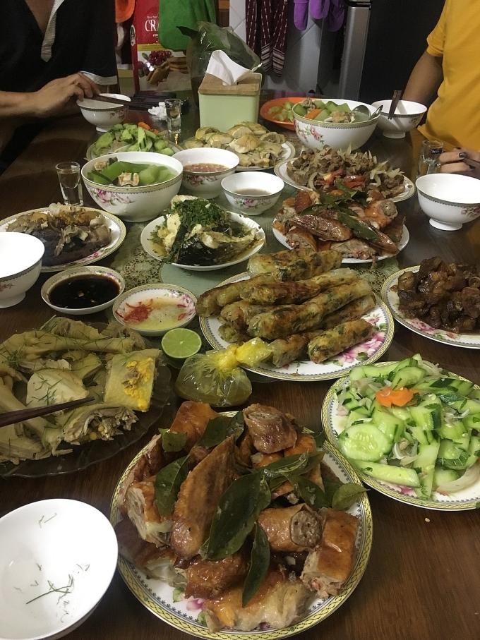 Bữa ăn mùng 1 Tết của nhà chồng Zani tại Bắc Giang.