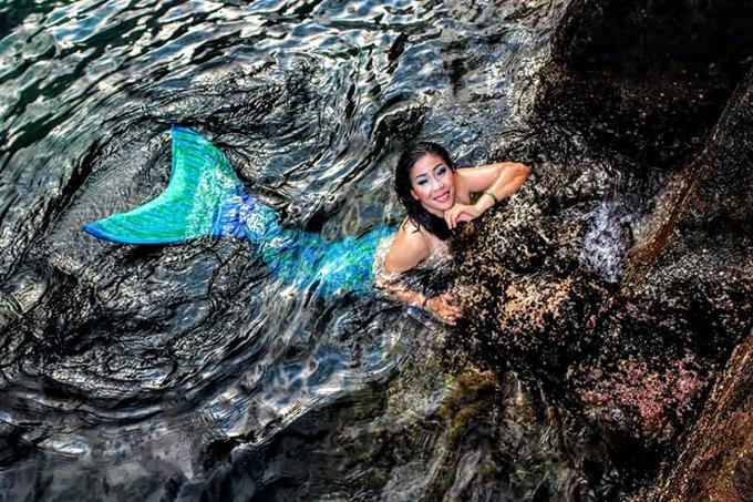 Chị Tú bơi biểu diễn cho du khách trong trang phục người cá. Ảnh: Nhân vật cung cấp.