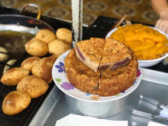 Ngoài bánh tiêu nhân đậu xanh và cade, quán còn bán thêm bánh chuối và bánh bò hấp. Ảnh: @lequanghuan89/Instagram
