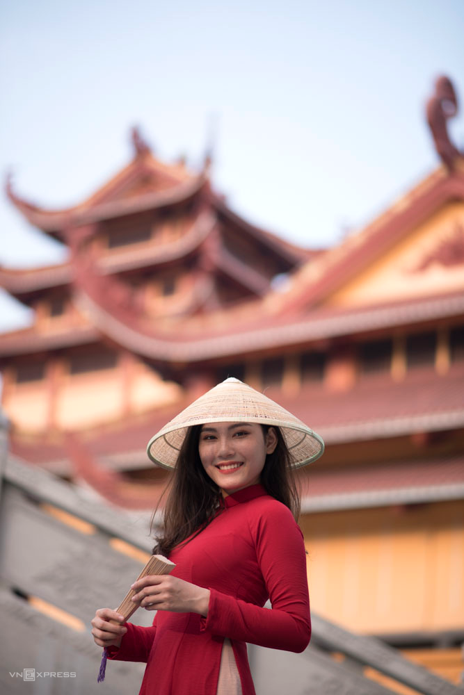 Another ideal place is Vietnam Quoc Tu Pagoda, located on 3/2 (District 10), open to welcome guests from 7:00 am to 18:00 daily.  Mai Lan friend (1999) performed a series of Tet photos at the temple in red ao dai in January. We chose to take pictures at 4 o'clock in the afternoon, peaceful scenery, quiet space with a little breath. historic.  At this time, the sun is still warm and bright, bringing out the quiet tone of the temple, Mai Lan said.